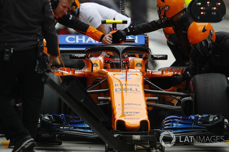 Stoffel Vandoorne, McLaren MCL33 Renault, in the pits during practice