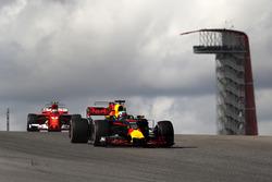 Daniel Ricciardo, Red Bull Racing RB13 et Kimi Raikkonen, Ferrari SF70H