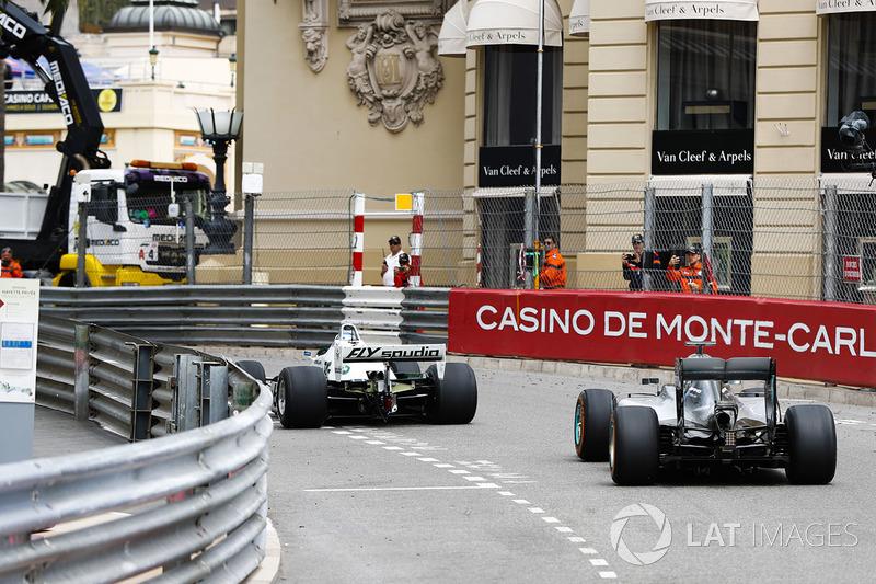 Keke Rosberg precede il figlio Nico Rosberg mentre fanno un giro del circuito al volante delle loro rispettive monoposto iridate