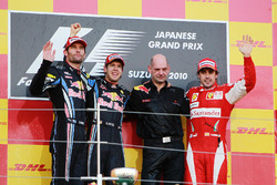 Podio: segundo puesto Mark Webber, Red Bull Racing, ganador de la carrera Sebastian Vettel, Red Bull Racing, Adrian Newey, director técnico de Red Bull Racing y tercero Fernando Alonso, Ferrari