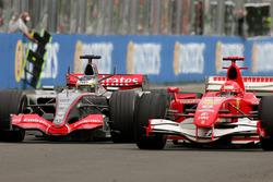 Pedro de la Rosa, McLaren Mercedes MP4-21 en Michael Schumacher, Ferrari 248 F1