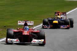 Фернандо Алонсо, Ferrari F2012, и Себастьян Феттель, Red Bull Racing RB8