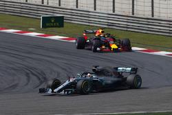 Lewis Hamilton, Mercedes AMG F1 W09, Daniel Ricciardo, Red Bull Racing RB14 Tag Heuer