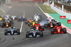 Start: Lewis Hamilton, Mercedes AMG F1 W09, leads Valtteri Bottas, Mercedes AMG F1 W09, Sebastian Vettel, Ferrari SF71H, Kimi Raikkonen, Ferrari SF71H, Max Verstappen, Red Bull Racing RB14 and the rest of the pack