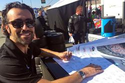 Dario Franchitti firma il poster di Justin Wilson