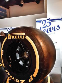 Sauber F1 Team bei der Auto Zürich am 1. November, Pirelli-Reifen