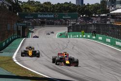 Daniel Ricciardo, Red Bull Racing RB13 and Nico Hulkenberg, Renault Sport F1 Team RS17