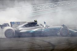 Il vincitore della gara Valtteri Bottas, Mercedes AMG F1 W08, festeggia con dei doughnut