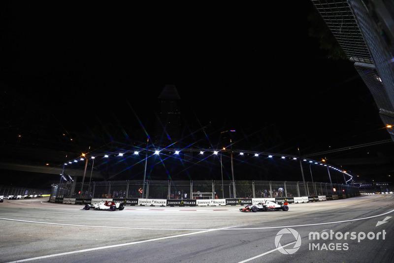 Marcus Ericsson, Sauber C37, precede Kevin Magnussen, Haas F1 Team VF-18