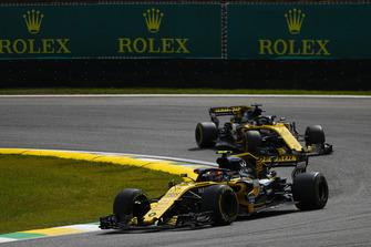 Carlos Sainz Jr., Renault Sport F1 Team R.S. 18, precede Nico Hulkenberg, Renault Sport F1 Team R.S. 18