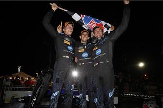 #10 Wayne Taylor Racing Cadillac DPi, P: Renger van der Zande, Jordan Taylor, Ryan Hunter-Reay juichen in victory lane