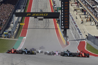 Kimi Raikkonen, Ferrari SF71H, battles with Lewis Hamilton, Mercedes AMG F1 W09 EQ Power+, ahead of Valtteri Bottas, Mercedes AMG F1 W09 EQ Power+, Daniel Ricciardo, Red Bull Racing RB14, Sebastian Vettel, Ferrari SF71H, and the rest of the field at the start of the race