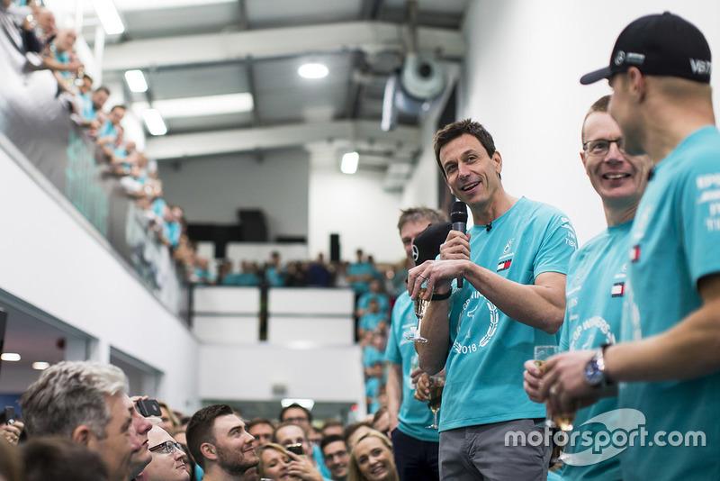 Toto Wolff s'exprime devant le personnel de Mercedes, avec James Allison, Lewis Hamilton, Andy Cowell et Valtteri Bottas à ses côtés
