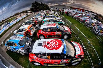 WRC-Autos im Service-Park