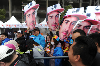 Des fans de Fernando Alonso lors de la séance d'autographes