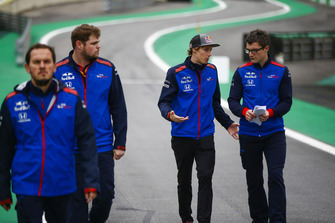 Brendon Hartley, Toro Rosso, walks the circuit with colleagues