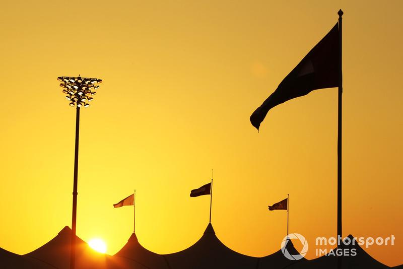 Судьба титула решалась на финальном этапе сезона на футуристической трассе «Яс Марина», где в 2009 году гонка Ф1 впервые прошла на закате