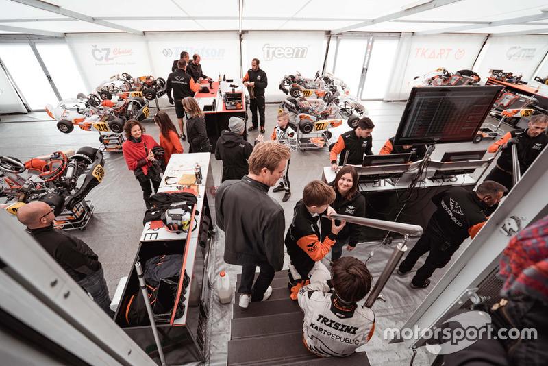 Nico Rosberg dan Taylor Barnard mengunjungi area Kart Republic