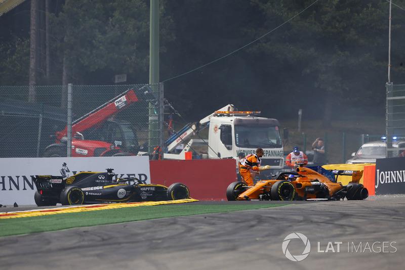 Nico Hulkenberg, Renault Sport F1 Team R.S. 18, choca con Fernando Alonso, McLaren MCL33, en la salida y los comisarios acuden a ayudarle