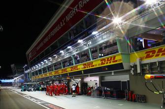 Lewis Hamilton, Mercedes AMG F1 W09 EQ Power+, in the pits