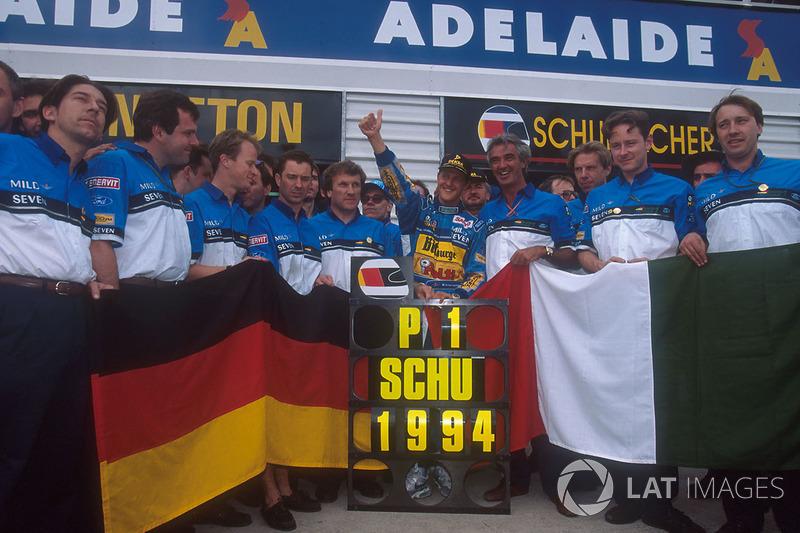 Michael Schumacher celebra su título de F1 con Flavio Briatore, Tom Walkinshaw y el resto del equipo Benetton
