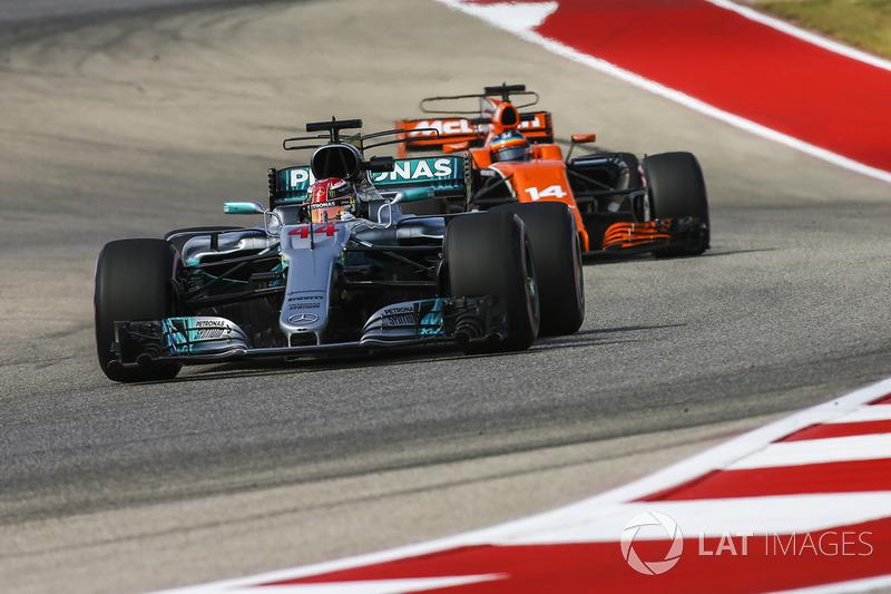 Lewis Hamilton, Mercedes AMG F1 W08, Fernando Alonso, McLaren MCL32