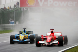 Michael Schumacher, Ferrari 248F1 en Giancarlo Fisichella, Renault R26