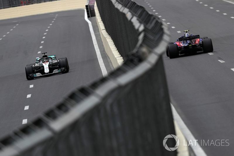 Lewis Hamilton, Mercedes-AMG F1 W09 EQ Power dan Pierre Gasly, Scuderia Toro Rosso STR13
