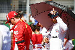 Kimi Raikkonen, Ferrari, et Lewis Hamilton, Mercedes AMG F1, sur la grille