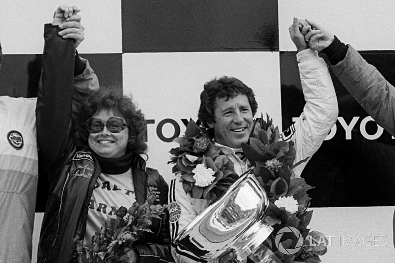 Mario Andretti, Lotus, fête la victoire sur le podium avec sa femme Dee Ann Andretti