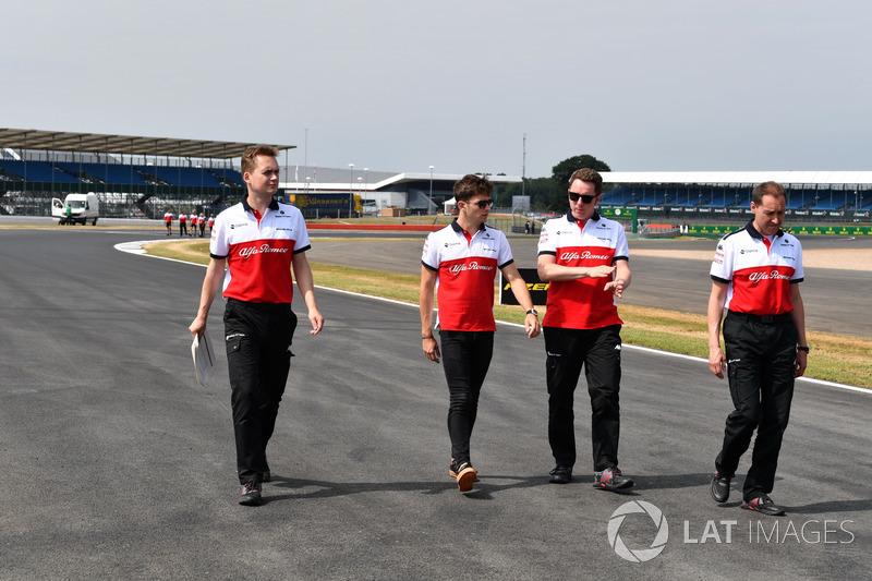 Charles Leclerc, Sauber parcourt la piste à pied