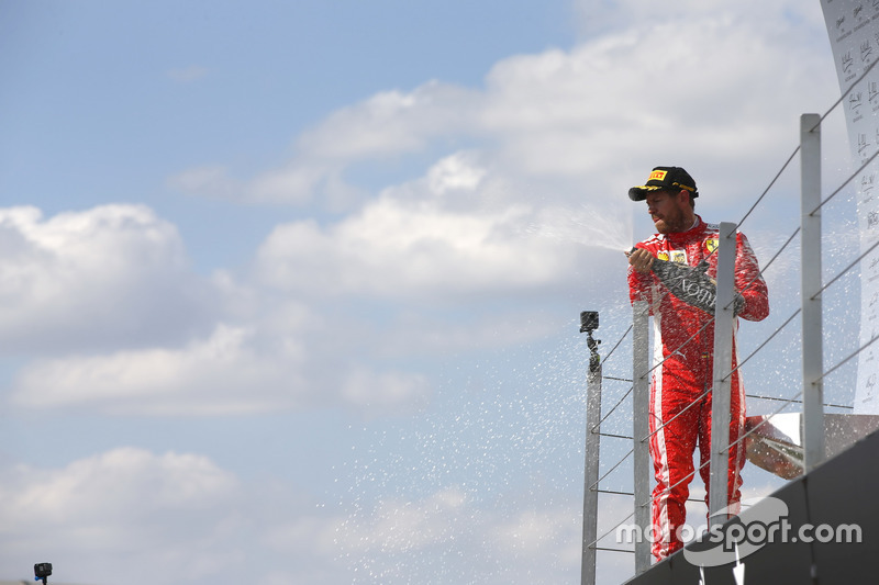 Sebastian Vettel, Ferrari, spruzza lo champagne dopo aver vinto la gara