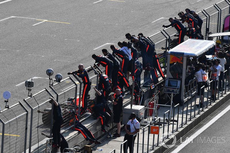 Race winner Daniel Ricciardo, Red Bull Racing RB14 crosses the line