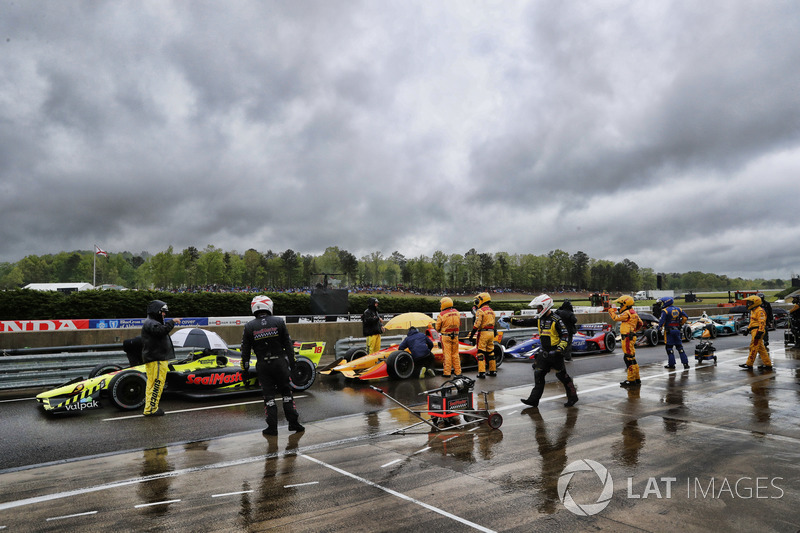 Sébastien Bourdais, Dale Coyne Racing with Vasser-Sullivan Honda, Ryan Hunter-Reay, Andretti Autosport Honda dans les stands sous drapeau rouge