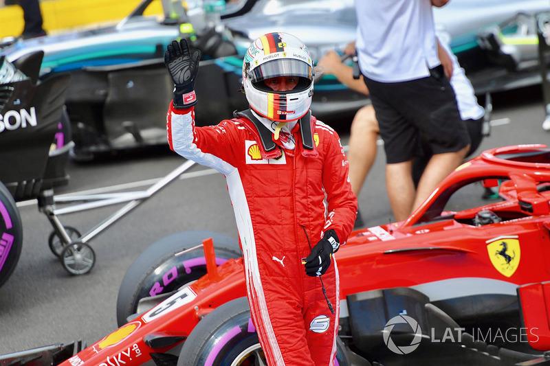 Il terzo qualificato Sebastian Vettel, Ferrari, festeggia nel parco chiuso