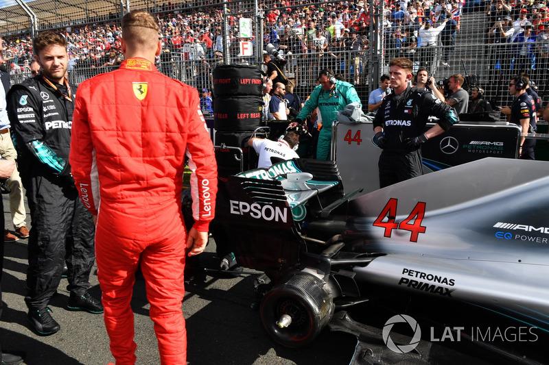 Sebastian Vettel, Ferrari on the grid looking at the car of Lewis Hamilton, Mercedes-AMG F1 W09 EQ P