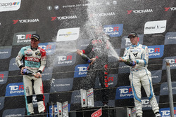 Podio: il vincitore della gara Josh Files, Hell Energy Racing con KCMG Honda Civic Type R TCR, il secondo classificato Jaap van Lagen, Leopard Lukoil Team Audi RS3 LMS TCR, il terzo classificato Danny Kroes, PCR Sport Cupra TCR