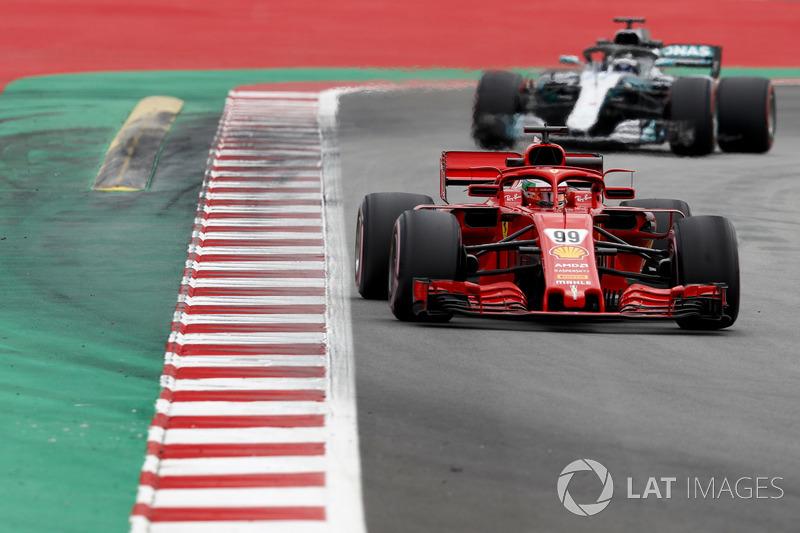 Антонио Джовинацци, Ferrari SF71H, и Валттери Боттас, Mercedes AMG F1 W09