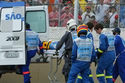 Fernando Alonso, Renault Renault F1 Team, es camilla tras estrellarse fuertemente