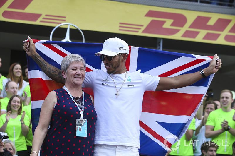 Campeón del mundo 2017 Lewis Hamilton, Mercedes AMG F1 celebra con su madre Carmen Lockhart