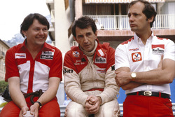 John Watson, McLaren Ford, with team boss Ron Dennis and chief designer John Barnard