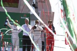 Подіум: переможець Льюіс Хемілтон, Mercedes AMG F1, друге місце Валттері Боттас, Mercedes AMG F1, третє місце Себастьян Феттель, Ferrari