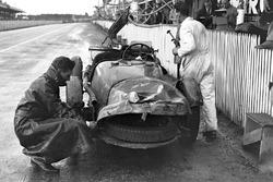 Aston Martin nach Crash
