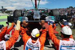 La voiture de Valtteri Bottas, Mercedes-Benz F1 W08 est ramenée