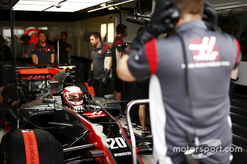 Kevin Magnussen, Haas F1 Team VF-17, en el garaje