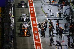 Fernando Alonso, McLaren MCL32 leads Lance Stroll, Williams FW40, Felipe Massa, Williams FW40 and Romain Grosjean, Haas F1 Team VF-17 in the pits