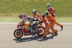 Marc Marquez, Repsol Honda Team met marshals na zijn crash