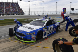 Ricky Stenhouse Jr., Roush Fenway Racing Ford makes a pit stop, Sunoco