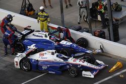 Helio Castroneves, Team Penske Chevrolet Takuma Sato, Andretti Autosport Honda pit stop crash