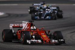 Sebastian Vettel, Ferrari SF70H, Valtteri Bottas, Mercedes F1 W08